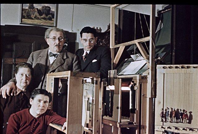 Milan Klemenčič con su familia y teatro.