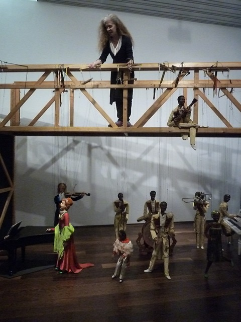 Barbara della Polla manipula desde el puente de las marionetas de Vittorio Podrecca