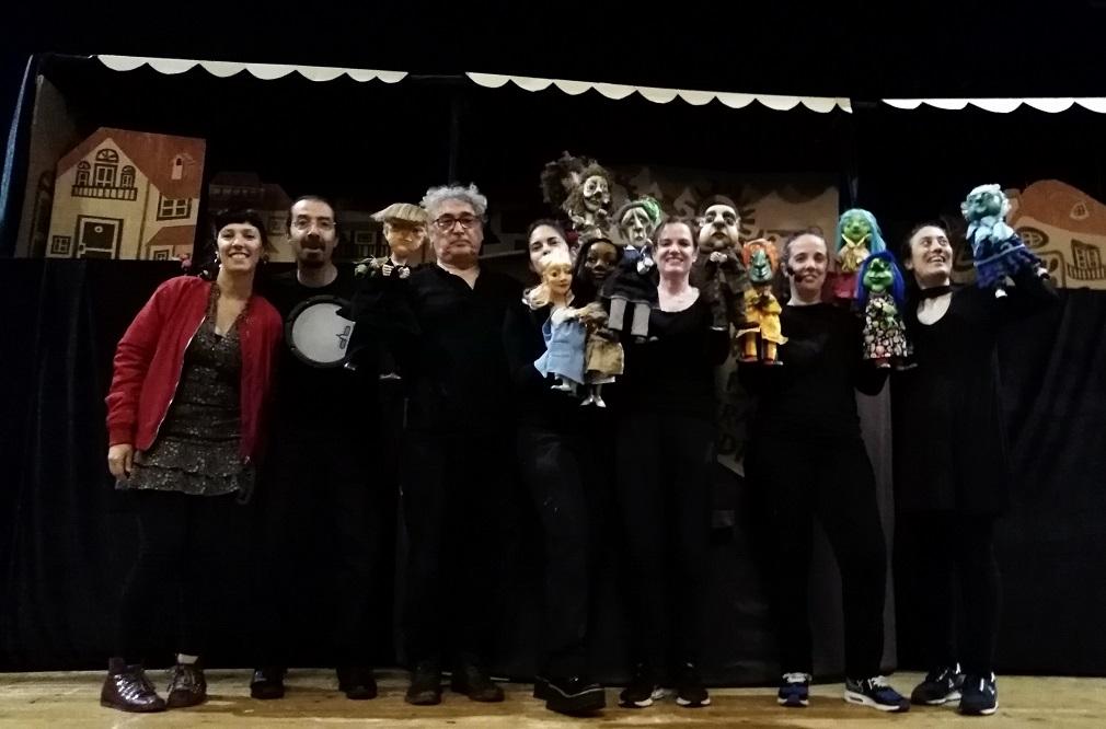 Participantes del montaje Cronopios, coproducción de las compañías Títeres Cachirulo, Tres Tigres Teatro y Chachakún, las dos últimas de Argentina, en el último Galicreques de 2019.