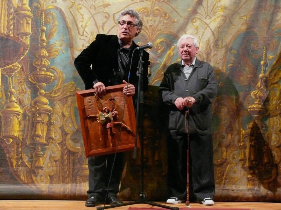 Jorge Rey entrega el Premio Galicreques a Alfonso Silvent. Teatro Principal de Santiago de Compostela.