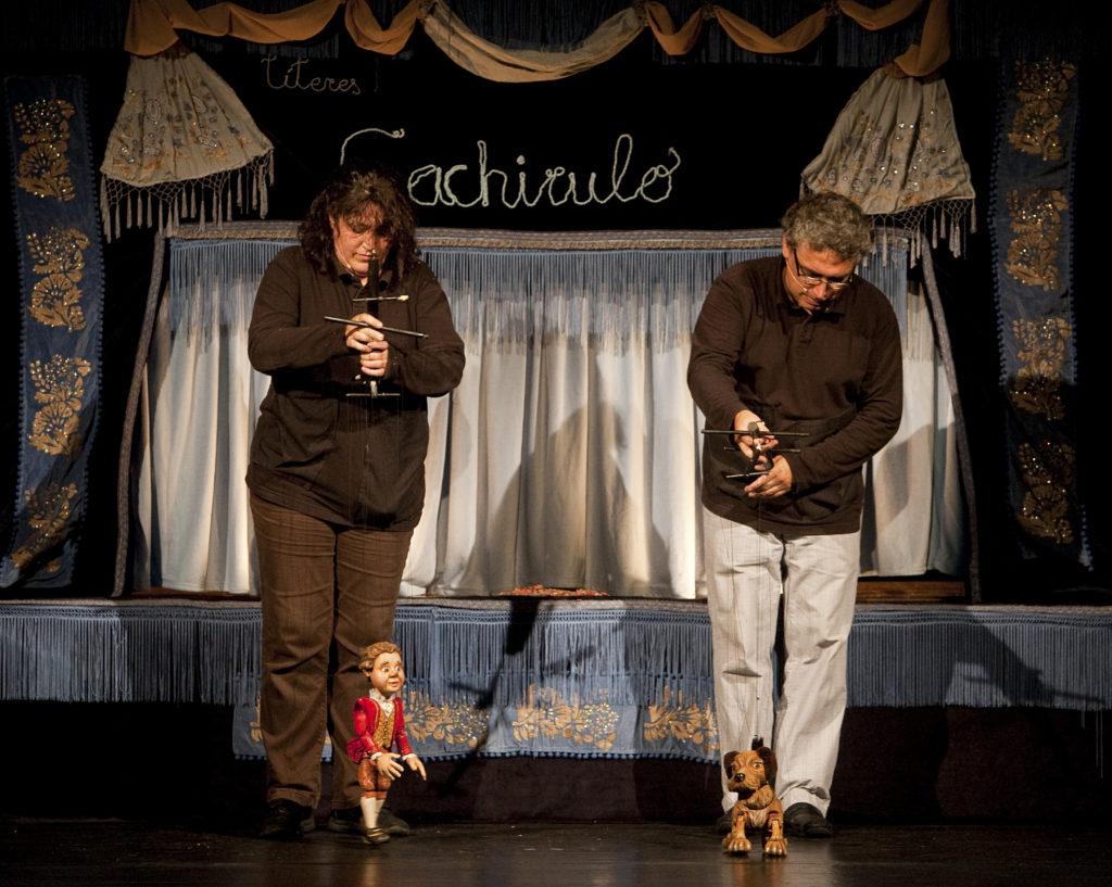 Carmen Domech y Jorge Rey con dos marionetas.