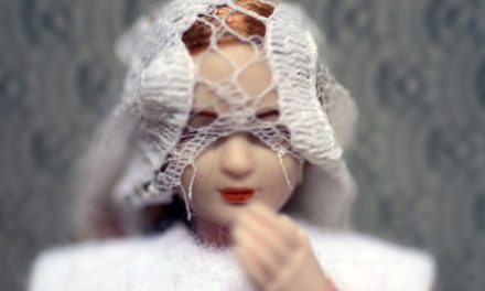 Doll-Scenette, desdoblamientos foto-escénicos con muñecas, por Shaday Larios